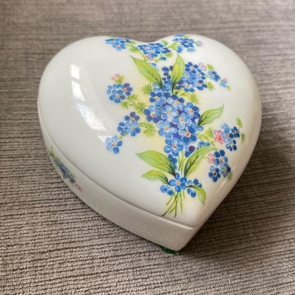 Vtg Limoges heart shaped trinket box w/ flowers